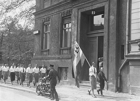 https://commons.wikimedia.org/wiki/File:Bucherverbrennung-book-burning-Nazi-1933-Institute.jpg?uselang=es
