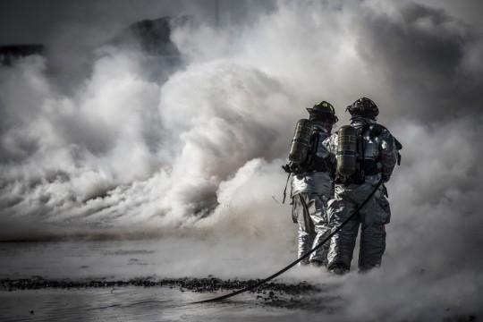 firefighters_training_live_fire_protection_danger_equipment_hose-892871.jpg!d