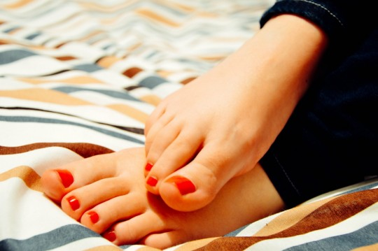 feet_toes_woman_female_pedicure_barefoot_blanket_toenail_polish-693290.jpg!d