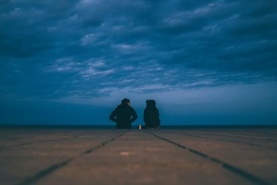couple_cloudy_conversation_seaside_date-29746.jpg!d