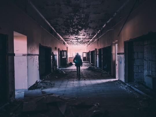 hallway_abandoned_damaged_deserted_broken_messy_hall_empty-558622.jpg!d