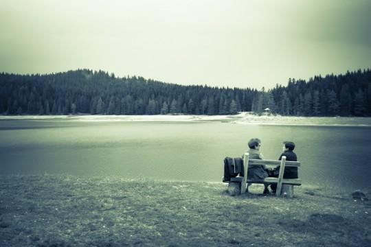 ladies_bw_lake_bench_afternoon_fuji_view_explore-410531.jpg!d